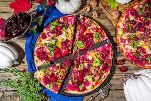 Pizza z resztek dziękczynienia, klasyczna tarta z resztek indyka lub kanapka w formie pizzy