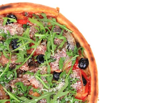 Pizza z rukolą na białym tle