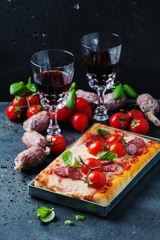Pizza z salami i pomidorem