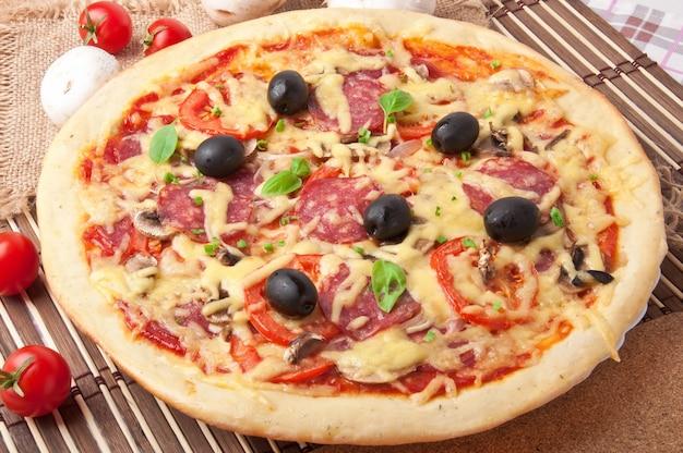 Pizza z salami, pomidorami i grzybami