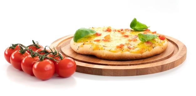 Pizza z serem i pomidorami na białym tle.
