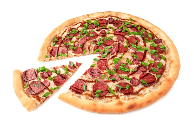 Pizza. z serem mozzarella, pepperoni, kiełbaskami myśliwskimi, boczkiem, sosem barbecue i zieloną cebulką. kawałek jest odcięty od pizzy. białe tło. odosobniony. zbliżenie.
