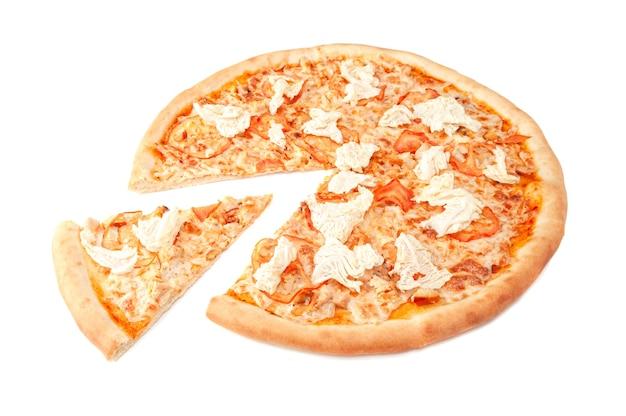 Pizza z serem mozzarella wędzony filet z kurczaka w plasterkach pomidora kapusta pekińska i dressing cezar kawałek jest wycięty z pizzy białe tło izolowane zbliżenie