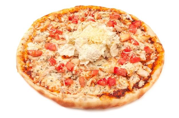 Pizza. z serem mozzarella, wędzonym filetem z kurczaka, plastrami pomidora, kapustą pekińską i dressingiem cezar. białe tło. odosobniony. zbliżenie.
