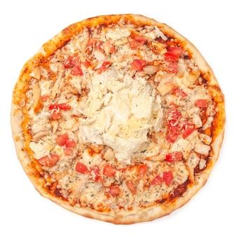 Pizza. z serem mozzarella, wędzonym filetem z kurczaka, plastrami pomidora, kapustą pekińską i dressingiem cezar. widok z góry. białe tło. odosobniony.