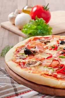 Pizza z szynką, pieczarkami i oliwkami