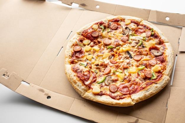 Pizza z widokiem z góry na koncepcjach jedzenia i jedzenia w brązowym pudełku