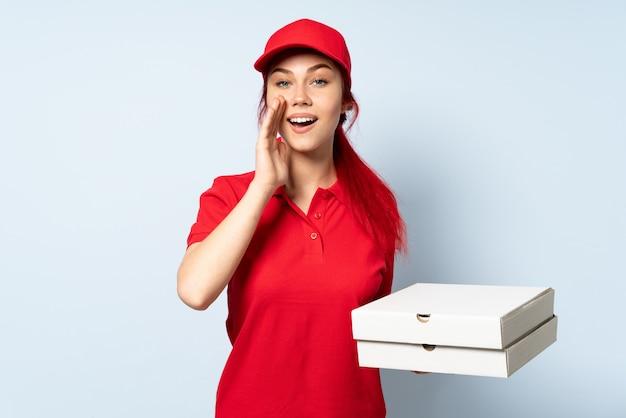 Pizzy doręczeniowa dziewczyna trzyma pizzę krzyczy z usta szeroko otwarty odosobniony usta