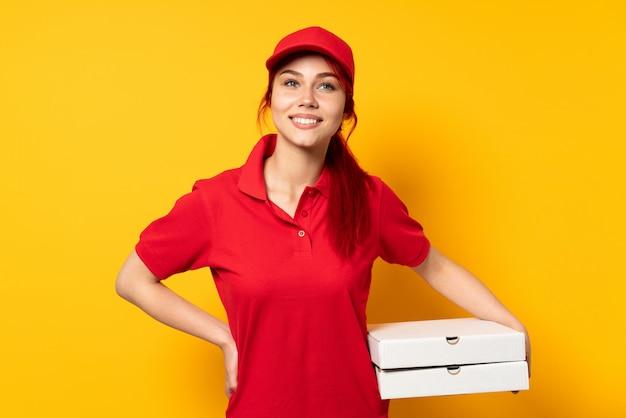 Pizzy doręczeniowa dziewczyna trzyma pizzę nad odosobniony śmiać się