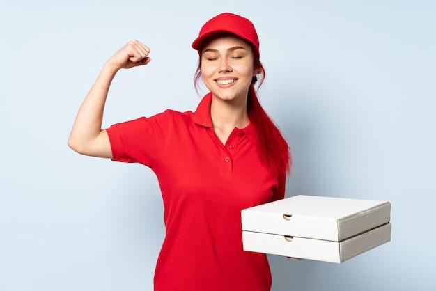 Pizzy doręczeniowa kobieta trzyma pizzę nad odosobnioną ścianą robi silnemu gestowi