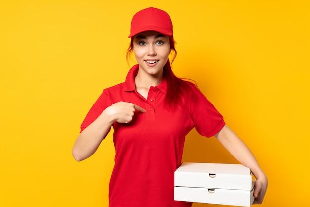 Pizzy dostawy dziewczyna trzyma pizzę odizolowywająca z niespodzianka wyrazem twarzy