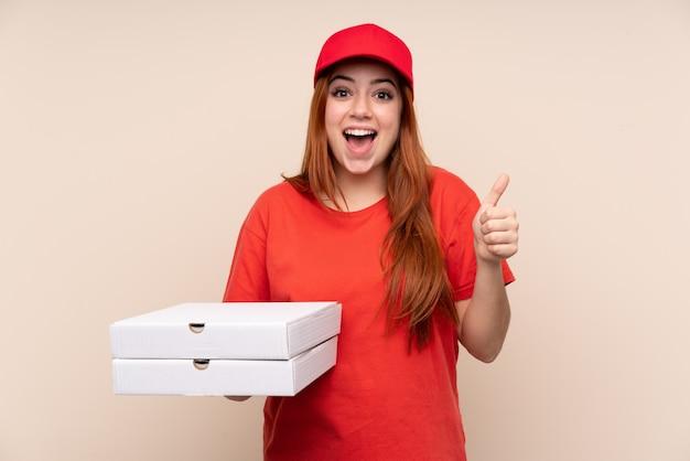 Pizzy dostawy nastolatka dziewczyna trzyma pizzę podając kciuki gest