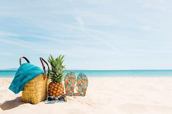 Plażowy tło z plażowymi elementami i copyspace