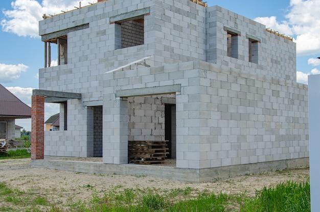 Plac budowy domu w budowie z białych bloczków pianobetonowych. budowanie nowej ramy domu.