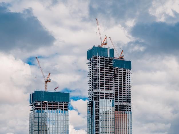 Plac budowy i wieżowiec.