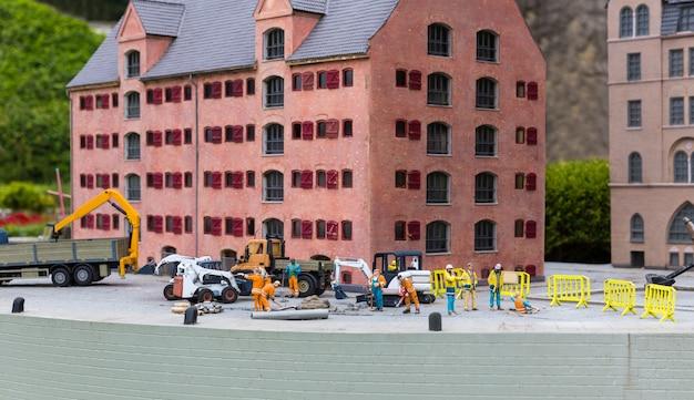 Plac budowy na molo, maszyny i konstruktorzy, miniaturowa scena plenerowa, europa. mini figurki z wysokim rozszczepieniem przedmiotów, realistycznie diorama