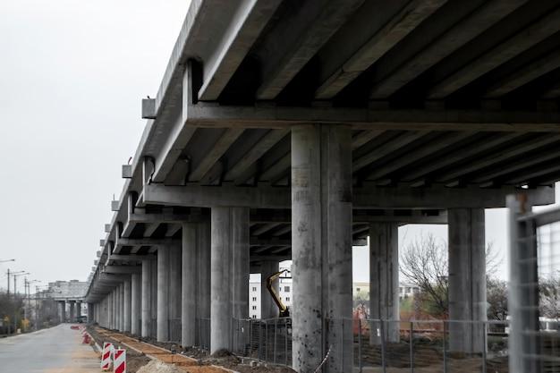 Plac budowy, plac budowy, konstrukcja mostu, widok od dołu.