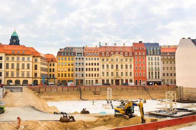 Plac budowy w środku starego miasta europejskiego.