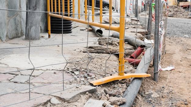 Plac budowy z metalowym ogrodzeniem