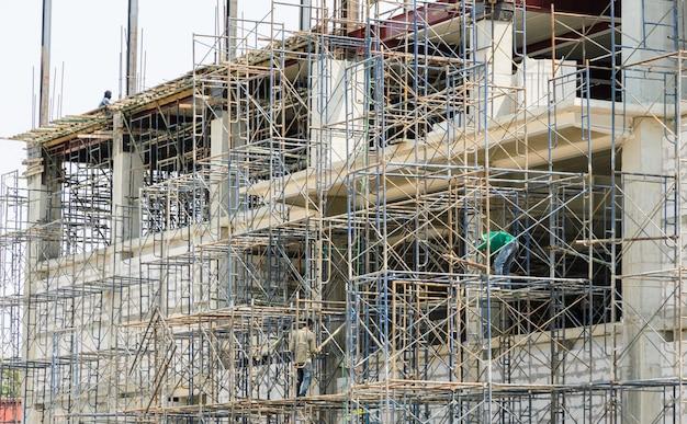 Plac budowy ze stalowym rusztowaniem