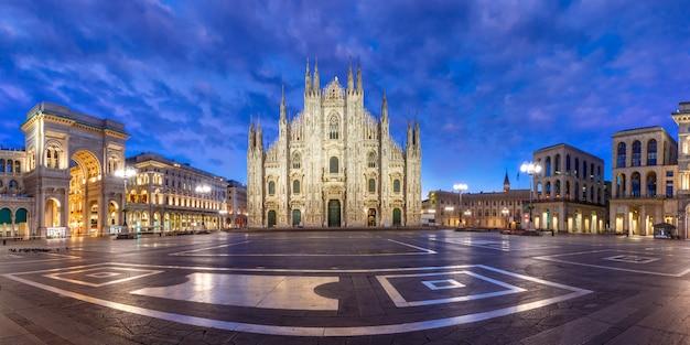 Plac katedralny w mediolanie w lombardii we włoszech