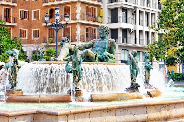 Plac mariacki i fontanna rio turia. walencja.