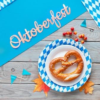 Plac oktoberfest, precle na jednorazowych papierowych talerzach w niebiesko-białą kratkę