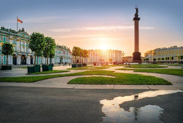 Plac pałacowy w sankt petersburgu w słońcu
