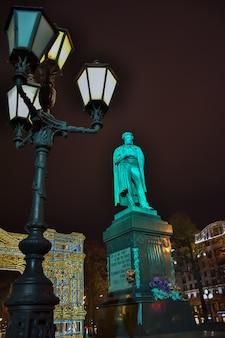 Plac puszkina nocą, pomnik puszkina