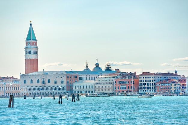 Plac san marco z dzwonnicą w wenecji, włochy. widok z morza