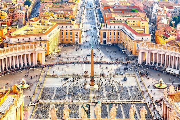 Plac świętego piotra w watykanie i widok rzymu z lotu ptaka
