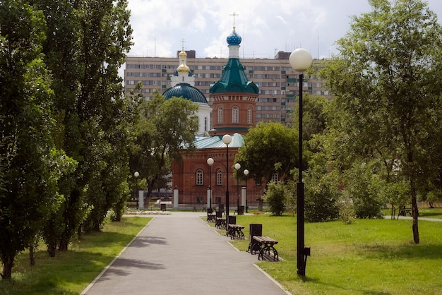 Plac w pobliżu katedry św. mikołaja, miasta orenburg. rosja. 05.07.2009