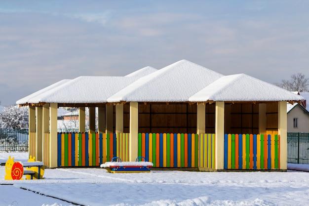 Plac zabaw dla dzieci w przedszkolu w zimie