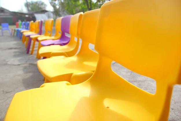 Plac zabaw dla dzieci z plastikowymi krzesełkami w jasnych kolorach. plastikowe meble dziecięce.