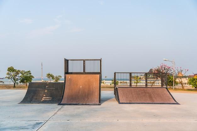 Plac zabaw dla uprawiania skateboardingu w publicznym parku na sriracha, chonburi, tajlandia