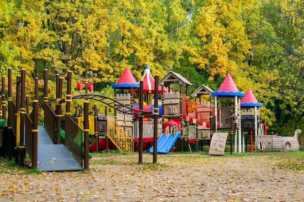 Plac zabaw na zewnątrz jesienią
