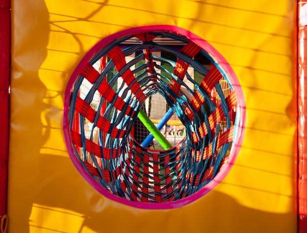 Plac zabaw z kolorowymi matami i miękkimi przedmiotami do gier