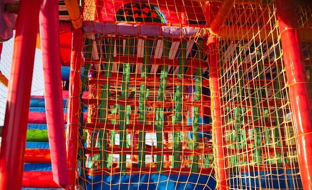 Plac zabaw z kolorowymi matami