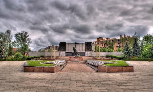 Plac żałobny w kołomyi na ukrainie. zbiorowa mogiła żołnierzy poległych w ii wojnie światowej