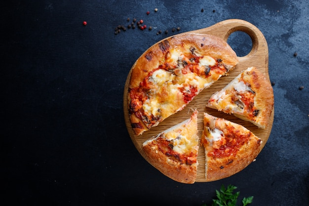 Placek do pizzy na grubym cieście ser typu fast food, sos pomidorowy, porcja pomidorów i innych składników
