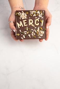 Placek z ciemnej czekolady z białą czekoladą z podziękowaniami z miejscem na napis