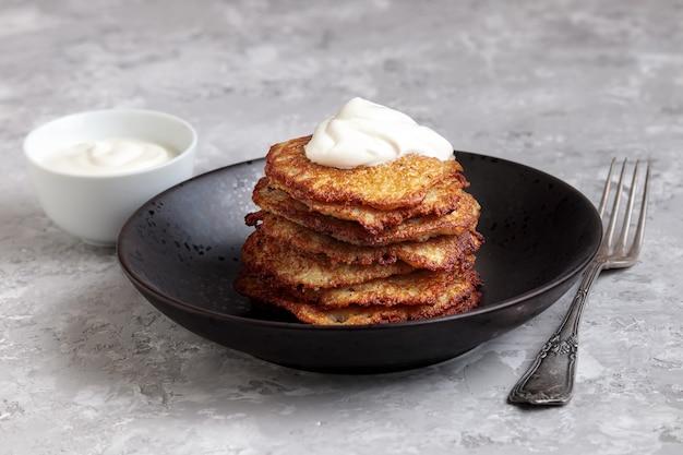 Placek ziemniaczany z kremem na białym tle. bramborak, dieta wegetariańska. chrupiące ciasta