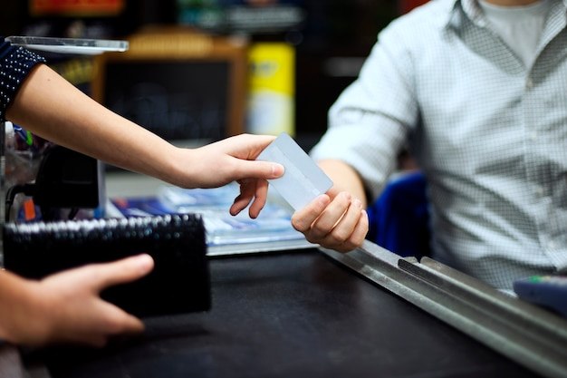 Płacenie kartą kredytową za zakupy