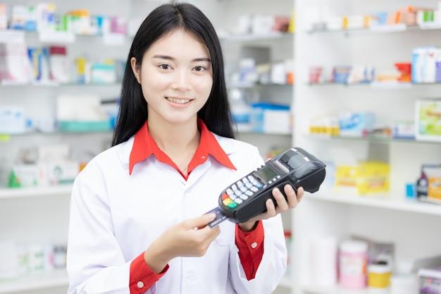Płacenie kartą kredytową