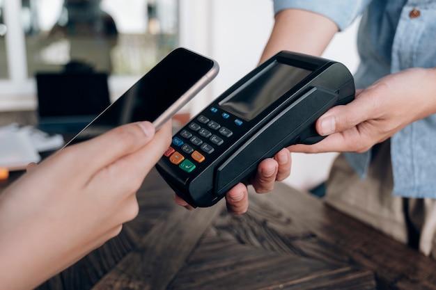 Płacenie rachunku za pośrednictwem smartfona z wykorzystaniem technologii nfc.