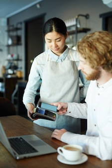 Płacenie za pomocą aplikacji na smartfona