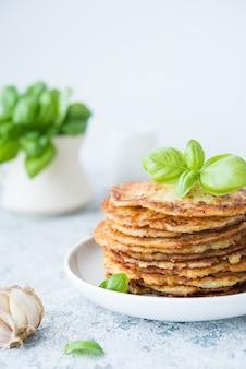 Placki ziemniaczane z ziołami i śmietaną, kuchnia rosyjska, białoruska