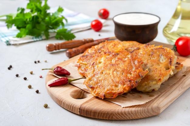 Placki ziemniaczane ze śmietaną. danie wegetariańskie.