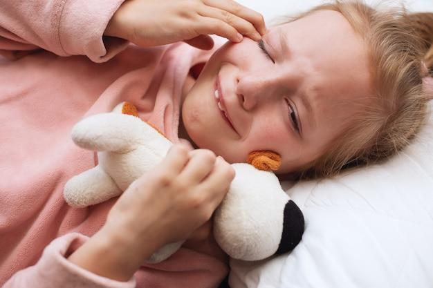 Płacz urażone dziecko z zabawką