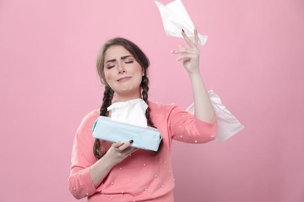 Płacząca kobieta rzuca serwetki w powietrzu